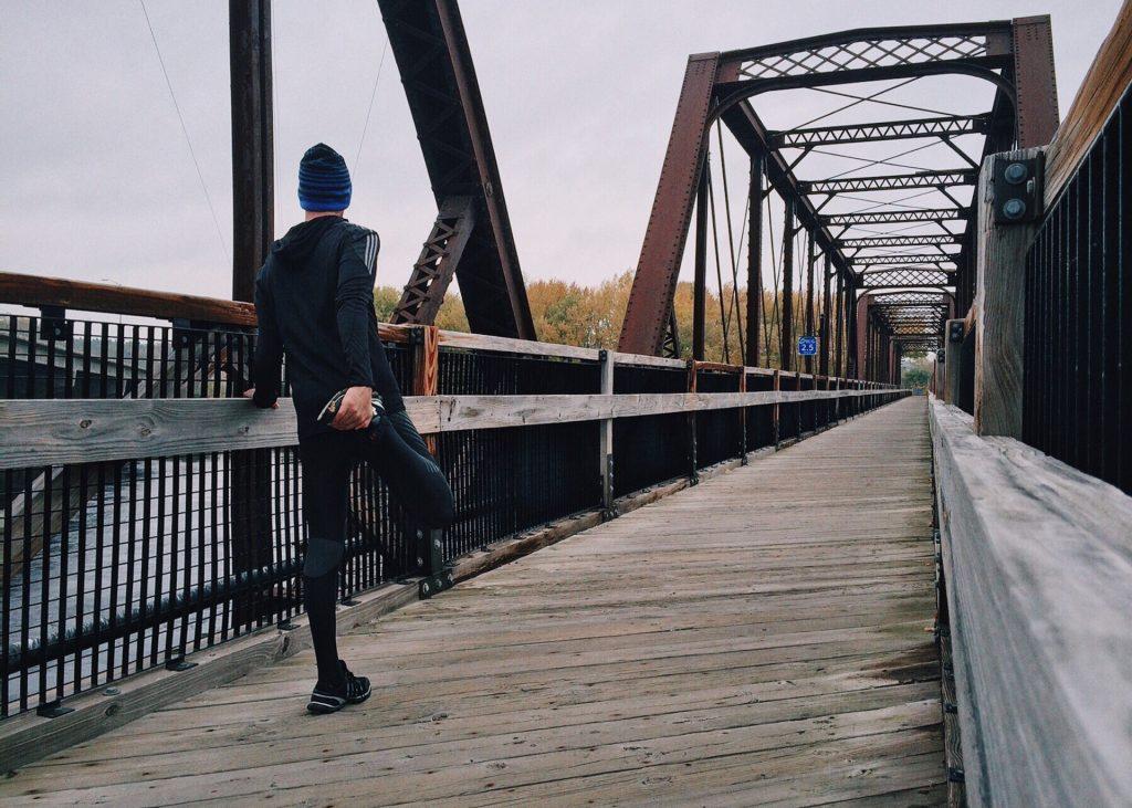 Läufer beim dehnen