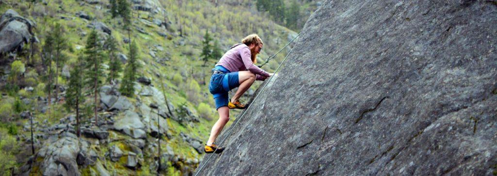 Man klettert im Gebirge am Fels