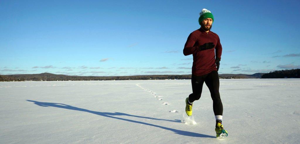 Man läuft mit Falke Strümpfen durch den Schnee