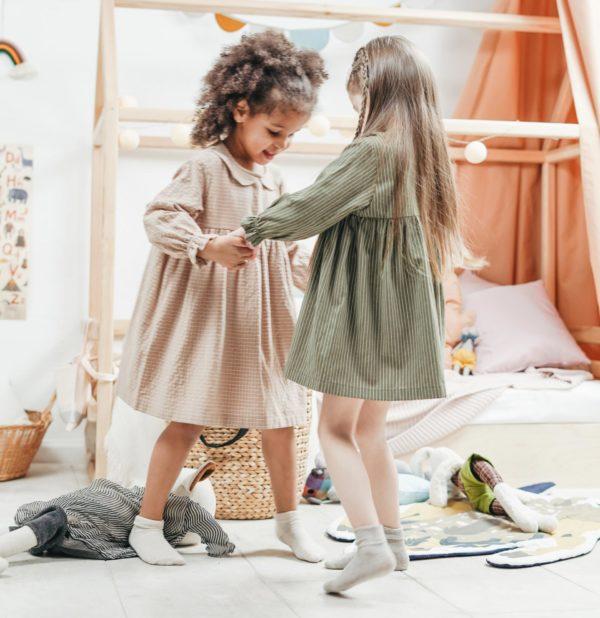 dos niñas juegan en calcetines con tapón