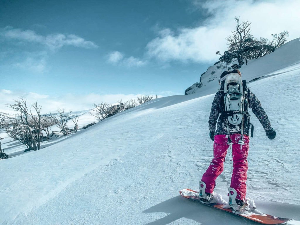 Snowboarderin auf der Piste kurz vor der Abfahrt
